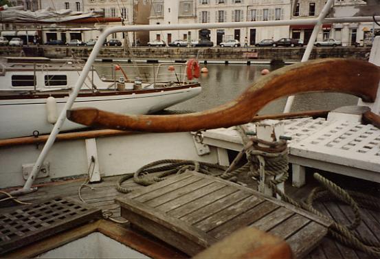 Caña del timón del barco Esmeralda del escultor Antonio Davila, en la Rochelle