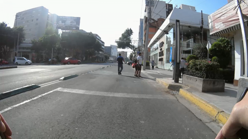 Ciclovía de Félix Cuevas. Peatones caminando y detenidos sobre el carril confinado de Félix Cuevas