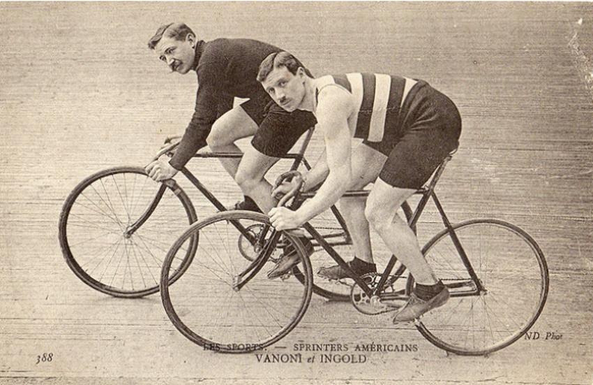 Ciclistas de pista a comienzos del Siglo XX. El diseño del manubrio permite un torso horizontal.